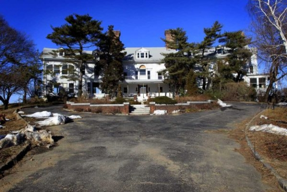 Bert Brodsky is seeking to demolish the deteriorating Land's End estate in Sands Point and divide the property into five parcels for custom homes. The mansion is said to be F. Scott Fitzgerald's inspiration for Daisy Buchanan's home in The Great Gatsby. (Feb. 15, 2011)